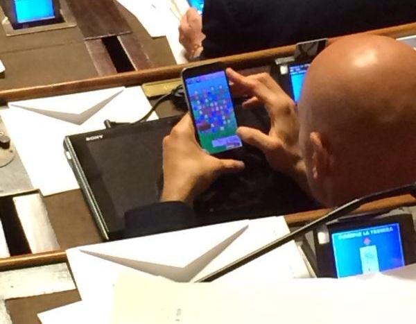 M5S, Carlo Martelli in Senato gioca a Candy Crush sul telefono (foto)