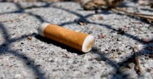 Sigarette e gomme da masticare per strada, multe per chi sporca