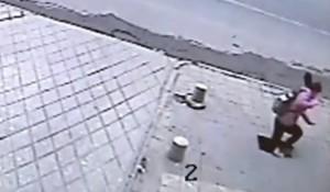 Cina, ragazza sul marciapiede inghiottita da una voragine (video)