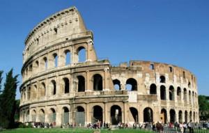 Roma, scavalca la recinzione e cade dal Colosseo: grave 18enne