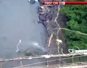 Corea del Sud si dimenticano di legare il bungee jumping: ragazzo finisce in acqua