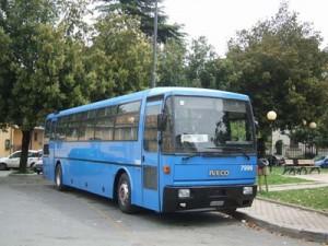Sora, per fermare il bus si arrampica sul parabrezza: denunciata