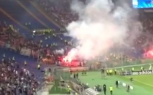 Roma-Cska Mosca, lancio di fumogeni dei tifosi russi verso Curva Nord (VIDEO)