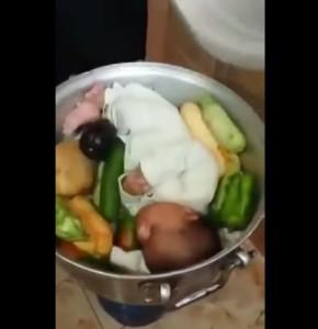 """Mette il figlio in pentola e posta il video: """"La nostra cena"""". Insulti sul web"""