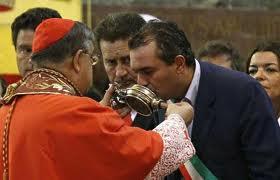 De Magistris bacia le reliquie di San Gennaro