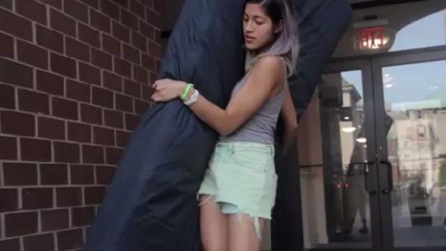 """Usa, Emma Sulkowitz gira con un materasso: """"Protesto contro il mio stupratore"""""""