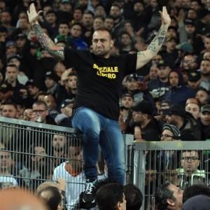 """""""Gennaro libero"""", striscione per Genny 'a Carogna durante Parma-Roma"""