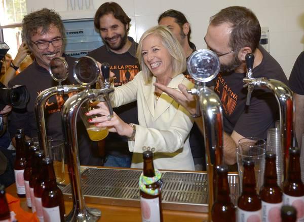 Ministro Giannini inaugura anno scolastico bevendosi una birra