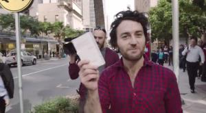 """Compra l'iPhone 6 e lo immerge nella birra: poi lo ripara grazie a """"Revivephone"""""""