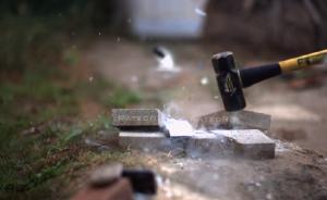 iPhone 6, prove di resistenza: azoto liquido, martellate, lanci VIDEO
