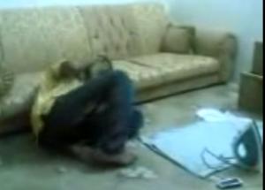 Scambia il ferro da stiro per il telefonino e si ustiona in volto VIDEO