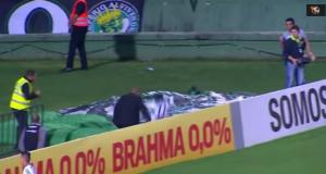 Segna gol ed esulta saltando cartelloni: al di là c'è una buca e ci finisce dentro VIDEO