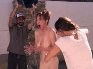 Ice Bucket Challenge, Kathy Griffin fa la doccia gelata completamente nuda