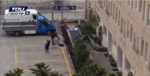 Mestre, ladri di biciclette filmati mentre rubano: il video