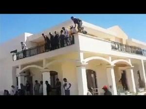 Tripoli, miliziani islamici si tuffano in piscina dal tetto dell'Ambasciata Usa