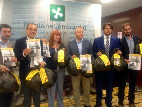 M5S lombardi, protesta con sacchi dell'immondizia in Consiglio regionale