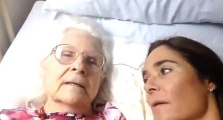 """Malata di Alzheimer riconosce figlia: """"Sei Kelly, ti amo"""". Video commuove il web"""