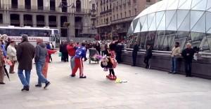 Topolino e Minnie fanno a botte con un passante a Madrid