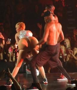 Messico, Miley Cyrus si fa sculacciare finto lato B gigante sul palco: ora rischia multa o carcere