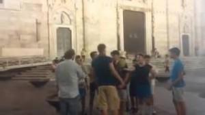 Jorginho 'scugnizzo' gioca con i bambini fuori al Duomo di Napoli (VIDEO)