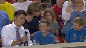 Bambino prende palla Red Sox ma la regala per conquistare tifosa (VIDEO)