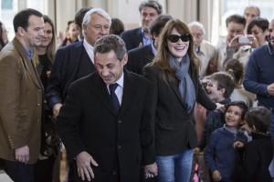"""Sarkozy, annuncio a sorpresa su Facebook: """"Torno in politica"""""""