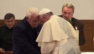 """Papa Francesco in Albania: """"Uccidere in nome di Dio è sacrilegio"""". Poi piange"""
