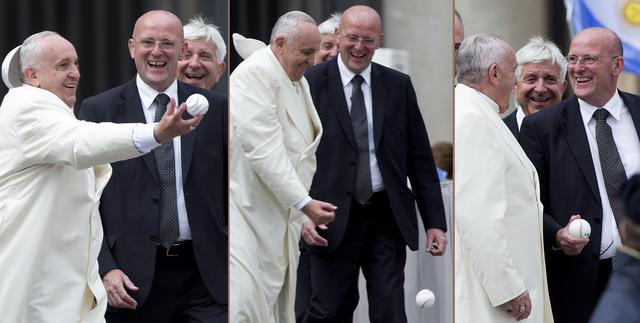 Papa Francesco gioca con la pallina da baseball a San Pietro03