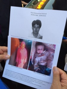 Guarda la versione ingrandita di Muhammad Shahzad Khan, il pakistano di 28 anni ucciso in via Pavoni. Sotto la moglie Ulfat e il figlio Omar (foto Blitz Quotidiano)