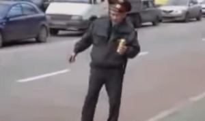 Poliziotti ubriachi e imbranati: il video dei flop, boom su Youtube