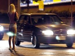 Salerno, voleva aiutare prostituta a lasciare: lingua tagliata e botte