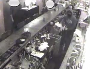 New York: al bar entra rapinatore col machete, cliente non si accorge di nulla