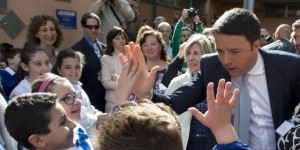 """""""La buona scuola"""" di Renzi: 150mila prof assunti, scatti per i più bravi (il testo)"""