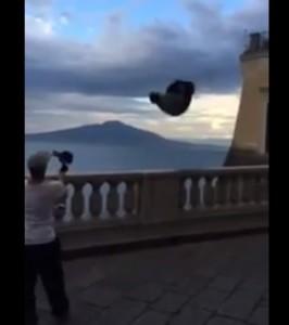 Salto mortale all'indietro sulla balaustra a Sorrento (VIDEO)