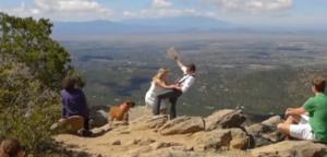 """Dice """"ti amo"""" alla moglie e rischia di cadere dalla montagna: lei lo salva VIDEO"""