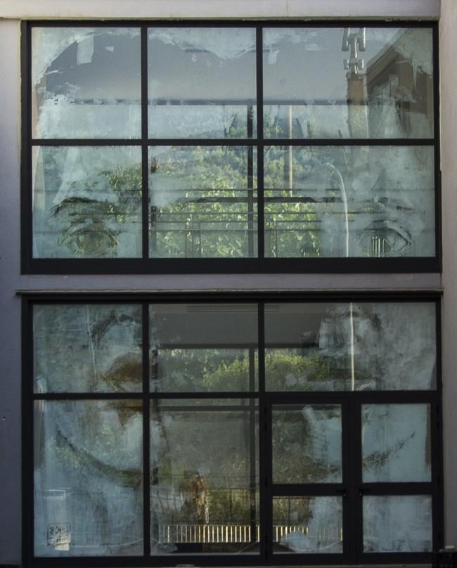 """""""Questo vetro è sporco"""". Sapri (Salerno), ditta pulizie cancella opera d'arte"""
