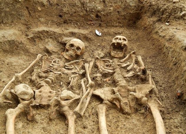 Mano nella mano da 700 anni: la coppia di scheletri trovata a Leicester