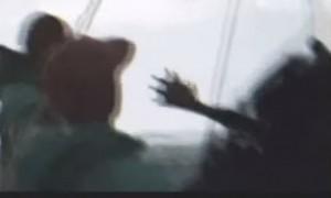 """Le sirene esistono? Il video della """"creatura"""" pescata con le mani palmate"""