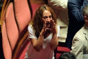 """Paola Taverna al M5s: """"Ho stretto la mano a Denis Verdini, scusatemi"""""""