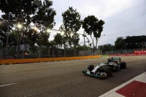 F1, Gp Singapore: Lewis Hamilton in pole, quinto Ferrari Alonso