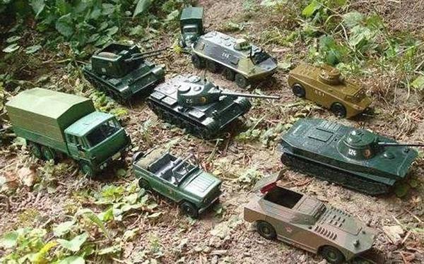 """Ambasciata russa, tank giocattolo su Twitter: """"Ecco la nostra armata"""" (foto)"""