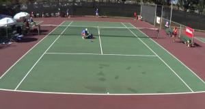 California, festeggia saltando sulla rete: il tennista finisce gambe all'aria