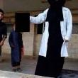 Isis, studentessa britannica posta foto con testa mozzata:
