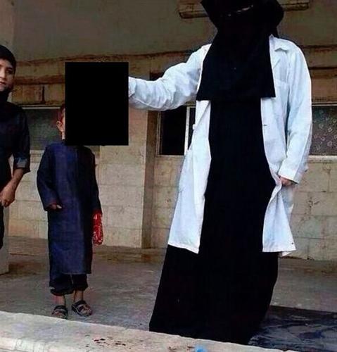 """Isis, studentessa britannica posta foto con testa mozzata: """"Il mio è un lavoro da sogno"""""""