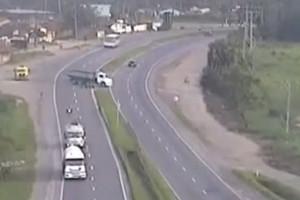 Motociclista finisce sotto un tir in autostrada. Illeso VIDEO