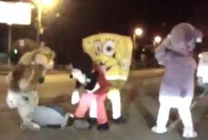 Russia, Topolino scende dall'auto e picchia un'automobilista: il video