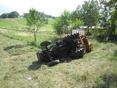 San Vito di Cadore (Belluno): trattore si rovescia, morto uomo di 76 anni