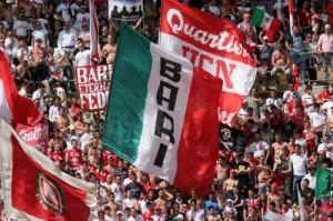 """Bari, cori tifosi curva nord per diffidati: """"Libertà per gli ultrà"""""""