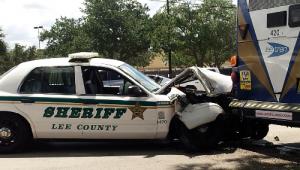 Florida, sceriffo distratto tampona bus: e i passanti ridono VIDEO