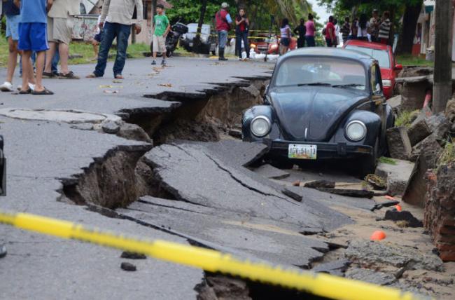 Messico, la tempesta tropicale Dolly fa crollare la strada: la foto